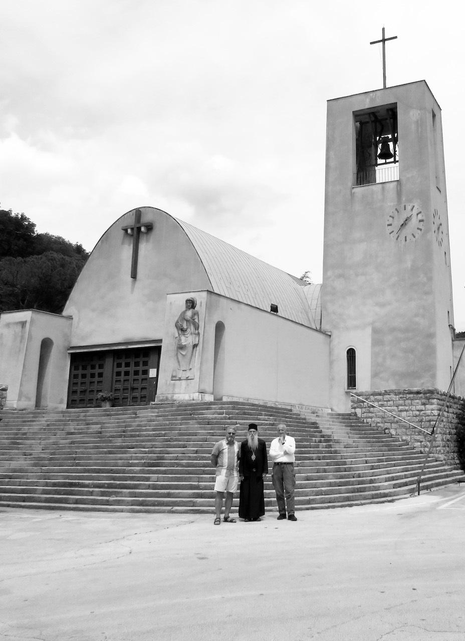 Vladika Jovan Ćulibrk s članovima Laibacha ispred crkve Sv. Barbare_Raša[176467]